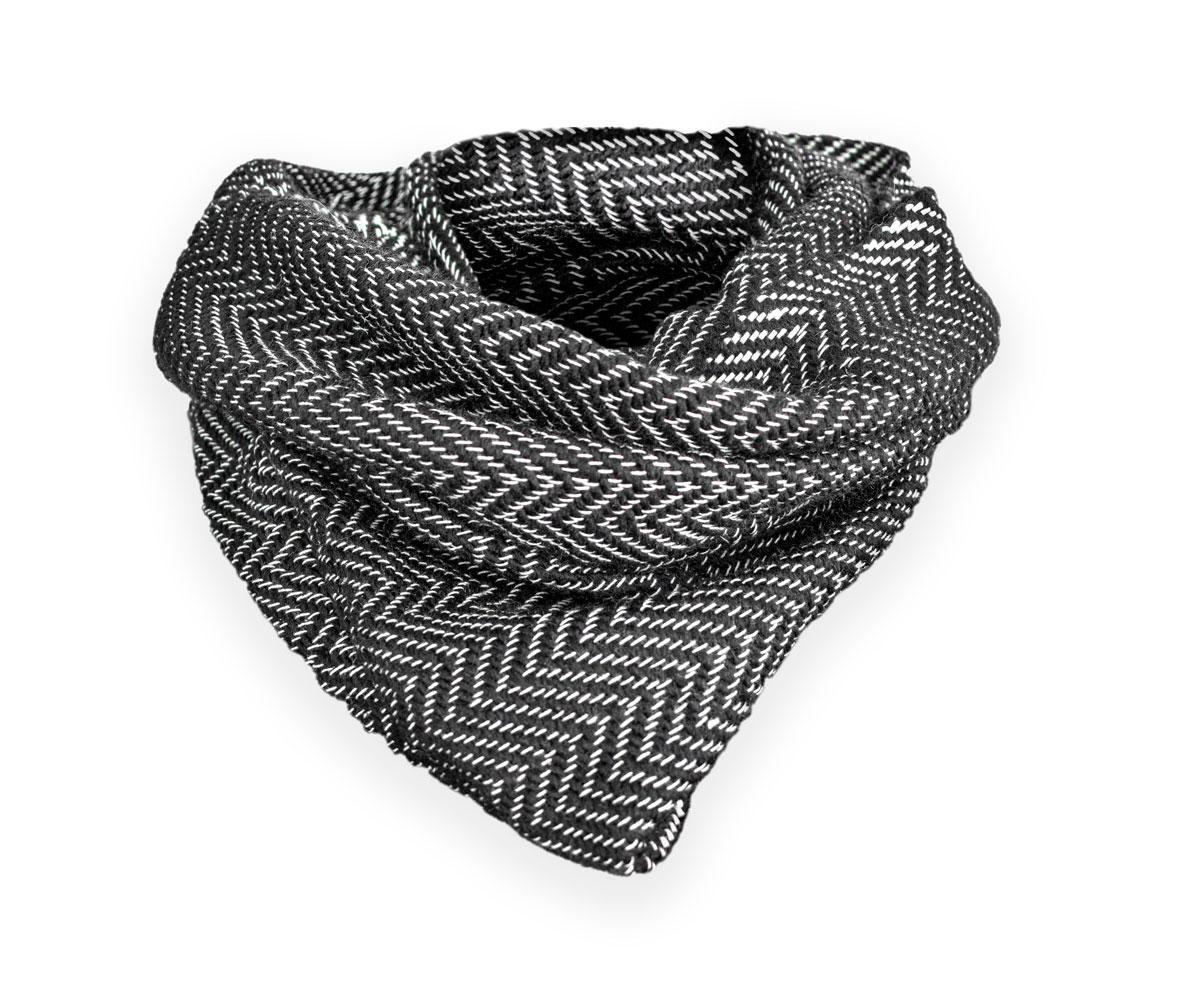 Cuello de lana con trenzado en blanco y negro.