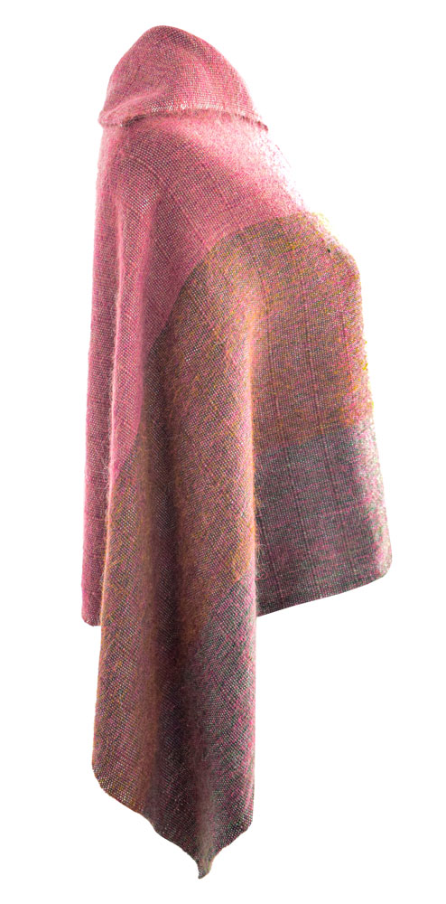 Ponchito de lana en tonos coral.