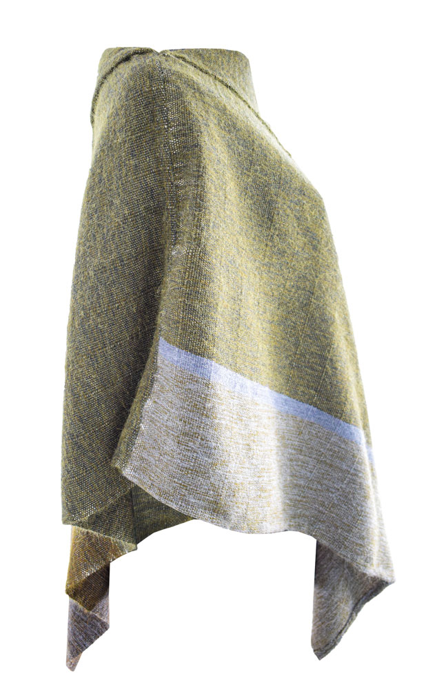 Ponchito de lana en tonos verdes y grises.