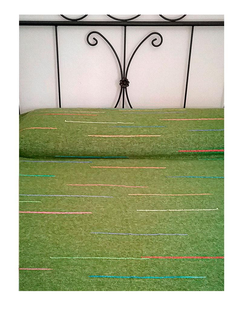 Manta 100% lana en verde con rayitas.